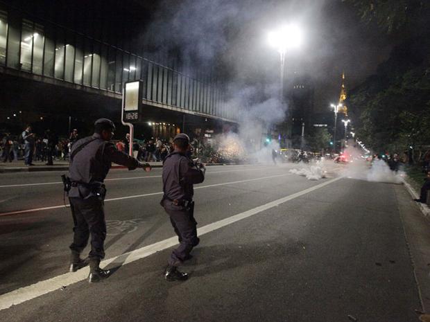 PM jogou bombas de gás para dispersar manifestantes que atiraram pedaços de madeira (Foto: Nelson Antoine/ Fotoaerena/AE)