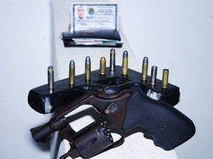 revólver encontrado com falso policial  (Foto: Ronda do Quarteirão/Divulgação)