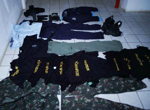 Falso policial é rpeso com fardas da polícia (Foto: Ronda do Quarteirão/Divulgação)