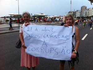 Idosas também se reuniram para pedir o fim da impunidade (Foto: Marcelo Ahmed/ G1)