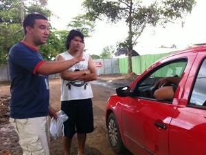 Furtados argumentam com responsável por caravanas sobre providências (Foto: Clarissa Carramilo)