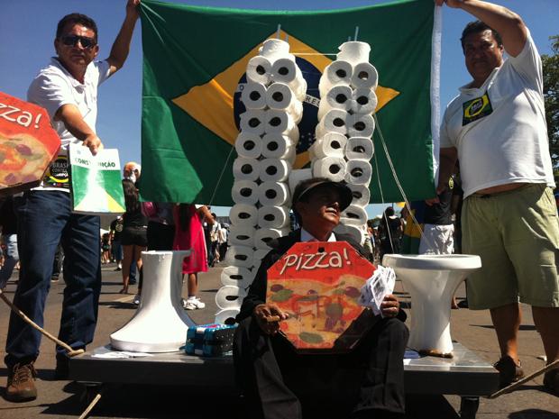 Manifestante em maquete do Congresso durante a 3ª Marcha Contra a Corrupção em Brasília (Foto: Renan Ramalho/G1)