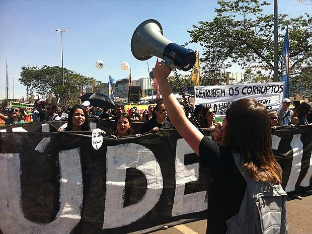 Manifestantes durnate a marcha contra a corrupção realizada na manhã deste sábado (21), em Brasília (Foto: Renan Ramalho/g1)