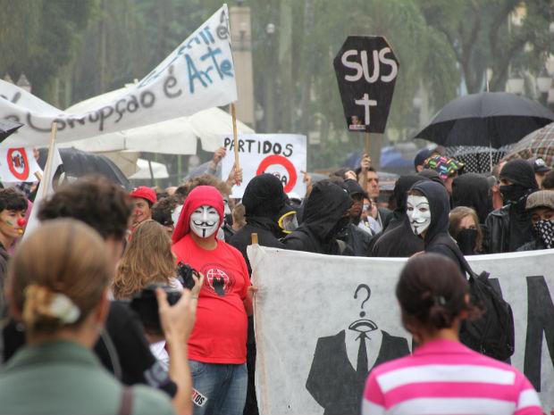 """O protesto foi também recebeu o nome de """"Dia do basta contra a corrupção"""" (Foto: Marco Aurélio Garcia/ RPC TV)"""