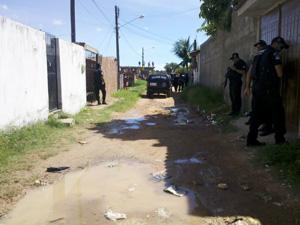 Polícia realiza buscas de corpos em Rio Doce, Olinda (Foto: Kety Marinho/TV Globo)