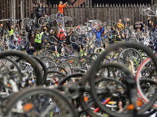 Centenas de ciclistas seguram suas bicicletas em parque de Budapeste, no final do 'bicicletaço' crítico realizado pela cidade neste domingo (22), em homenagem ao Dia da Terra  (Foto: Laszlo Balogh/Reuters)