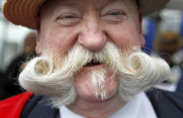 O belga Jef posa para mostrar o bigode, que pode ser escolhido entre os mais bonitos de Bruxelas (Foto: Francois Lenoir/Reuters)