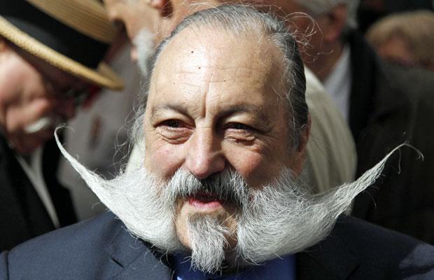 Participante mostra bigode em concurso (Foto: Francois Lenoir/Reuters)