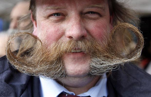 Outro participante exibe bigode em Bruxelas (Foto: Francois Lenoir/Reuters)