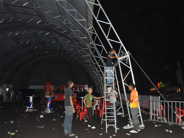 Desmonte do camarote do MOA, na véspera do fim do festival (Foto: Alex Trinta/G1)