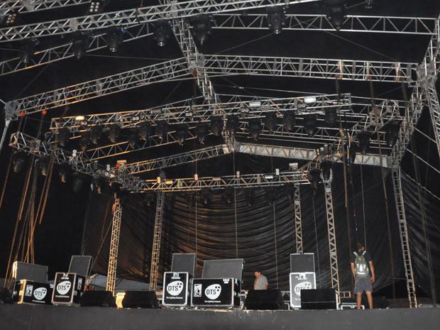 Desmonte do palco Cliff Burton, na véspera do término do Metal Open Air (Foto: Alex Trinta/G1)