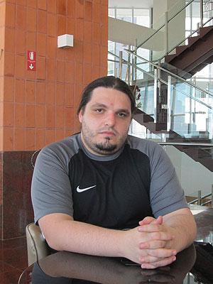 Felipe Negri, coprodutor do Metal Open Air, exibe ferimento sofrido na madrugada do dia de cancelamento do festival (Foto: Cauê Muraro/G1)