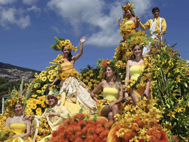 Pessoas participam de desfile em carro alegórico no Festival das Flores da Ilha da Madeira, em Funchal. Madeira celebra a primavera todo ano decorando ruas e carros alegóricos com milhares de flores nas ruas de Funchal (Foto: Reuters)