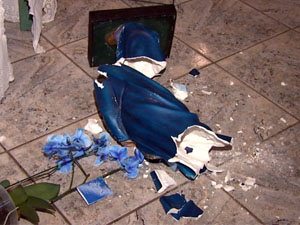 Criminosos quebraram imagem e levaram a cabeça (Foto: Reprodução EPTV)