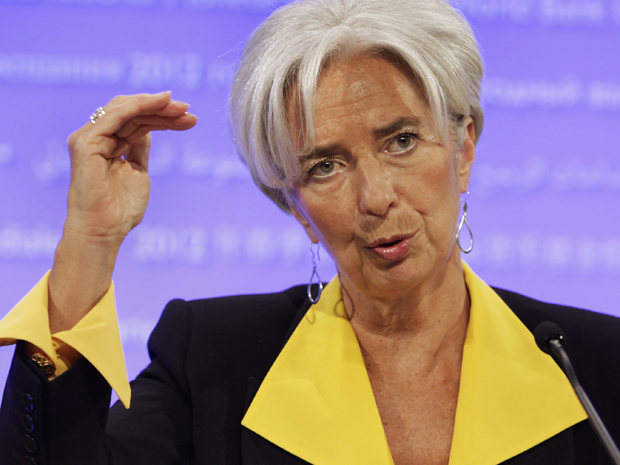Diretora do FMI, Christine Lagarde, fala durante coletiva de imprensa em Washington, neste domingo (22) (Foto: Reuters)