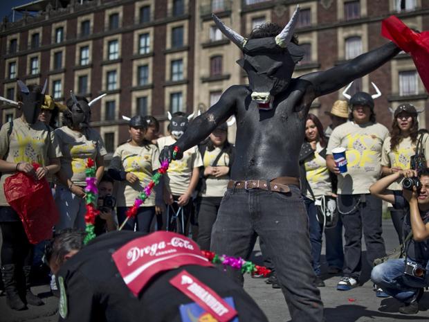 Manifestantes encenam uma tourada em praça da Cidade do México (Foto: AFP)