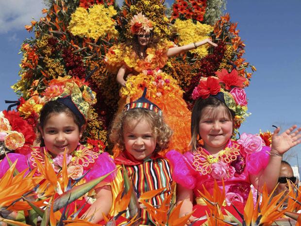 Crianças desfilam em carro alegórico no festival português (Foto: Reuters)