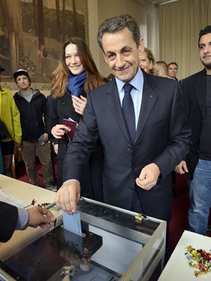 Atual presidente e candidato à reeleição, Nicolas Sarkozy vota ao lado da mulher, Carla Bruni-Sarkozi, em Paris (Foto: AFP)