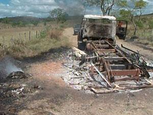 Caminhão incendiado em Pau Brasil (Foto: Imagem/TV Santa Cruz)