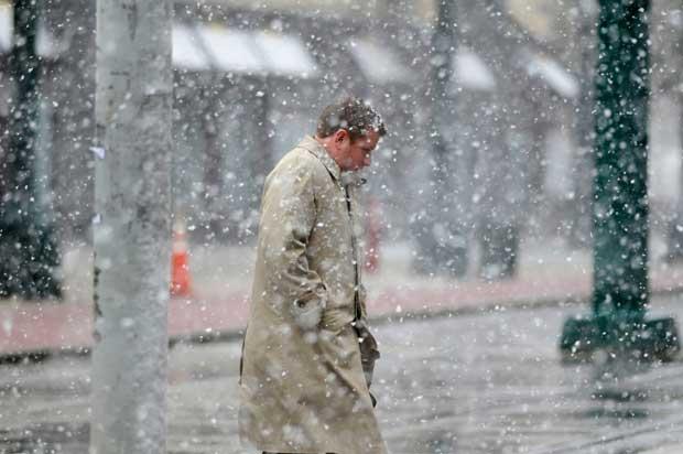 Pedestre enfrenta neve e fortes ventos em Buffalo, Nova York, nesta segunda-feira (23) (Foto: Reuters)