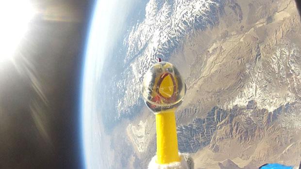 Frango de borracha foi lançado para a estratosfera; ao fundo, é possível ver o litoral da Califórnia (Foto: REUTERS/NASA/Earth to Sky/Bishop Union High School/Divulgação)