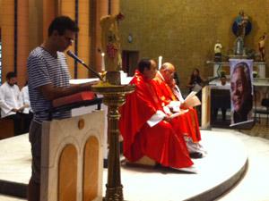 Nizo Neto, filho do humorista, leu um trecho da bíblia (Foto: José Raphael Berrêdo / G1)