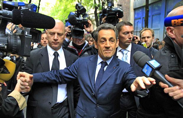 Atual presidente francês e candidato à reeleição, Nicolas Sarkozy, é cercado por jornalistas ao deixar sua sede de campanha em Paris, nesta segunda (23) (Foto: Yves Herman/Reuters)