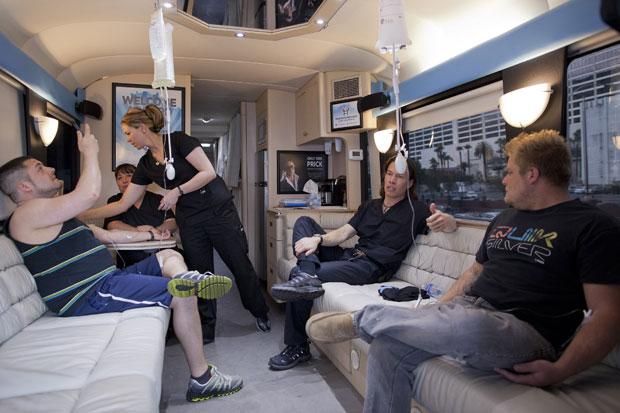 Turistas de ressaca são atendidos no ônibus médico em Las Vegas (Foto: Julie Jacobson/AP)