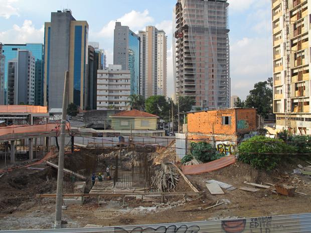 Obras de conjunto habitacional Jardim Edite se aproximam de quintal de morador (Foto: Roney Domingos/ G1)