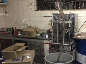 Depósito funcionava como fábrica de cosméticos (Foto: Divulgação / Polícia Civil)