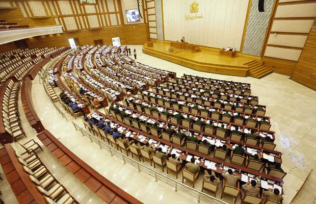 Membros do Parlamento participam de sessão em Naypyitaw, Mianmar, nesta segunda (23) (Foto: Soe Zeya Tun/Reuters)
