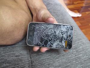 Estudante diz que teve o iPhone destruído (Foto: Aline Pollilo/G1)