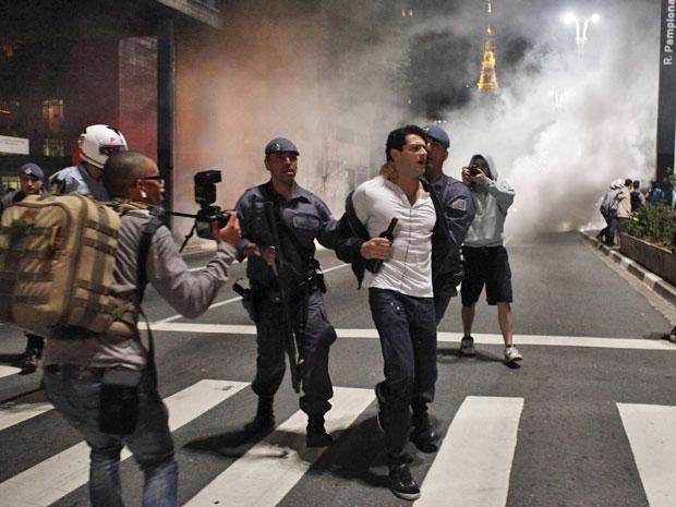 O ator Pedro Urizzi é abordado por policiais militares em manifestação na Avenida Paulista (Foto: Nacho Doce/Reuters)