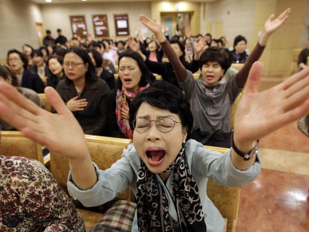 Cristãos rezam em igreja de Seul pedindo para que o show de Lady Gaga na Coreia do Sul seja cancelado; cantora se apresentará na cidade no dia 27 de abril com a turnê 'Born this way ball' (Foto: Lee Jin-man/AP)