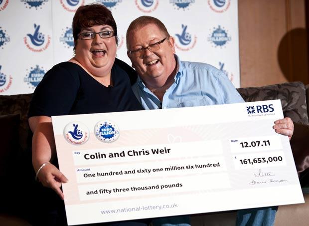 Colin e Christine Weir posam com prêmio de 161,6 milhões de libras (185 milhões de euros, na época). (Foto: AFP)