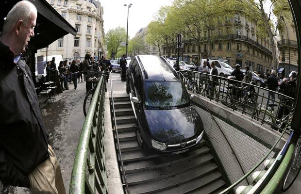 Motorista acabou descendo as escadas da estação de metrô ao confundir a entrada de um estacionamento. (Foto: Bertrand Guay/AFP)