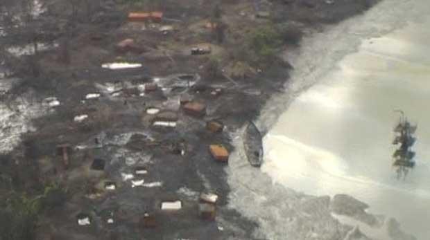 Voo de helicóptero mostra roubo de petróleo no sul da Nigéria (Foto: AP)