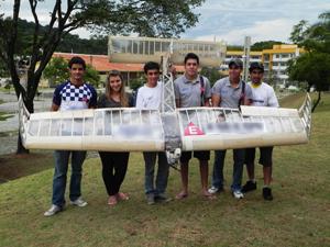 Parte da equipe mostra a aeronave ganhadora. (Foto: Divulgação)