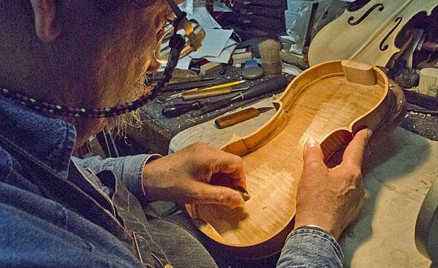 Amnon trabalha em seu ateliê  (Foto: Ken Lambla)
