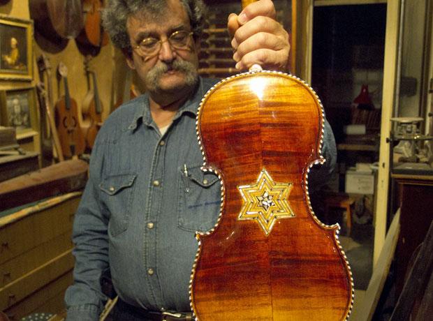 Amnon segura violino da coleção (Foto: Ken Lambla)