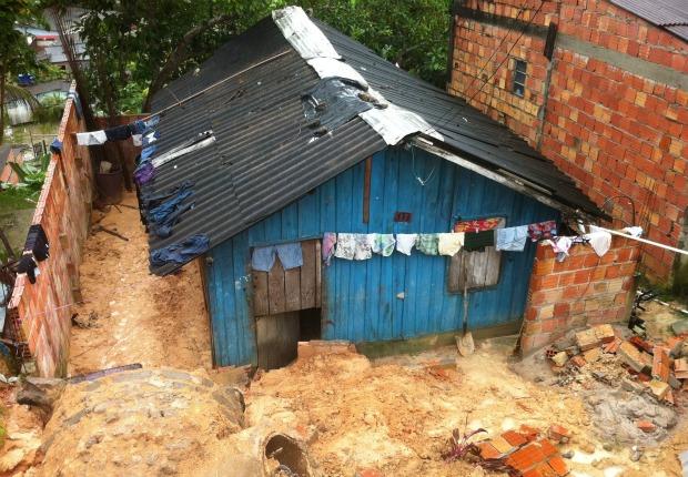 Bueiro desabou no terreno de uma casa, no bairro Jorge Teixeira, Zona Leste de Manaus  (Foto: Arthemisa Gadelha/TV Amazonas)