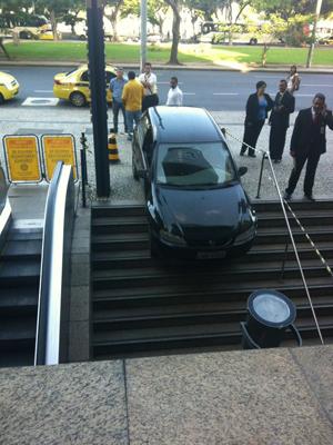 Motorista errou e foi parar em escadaria de prédio em Botafogo (Foto: João Paulo Fortuna/VC no G1)