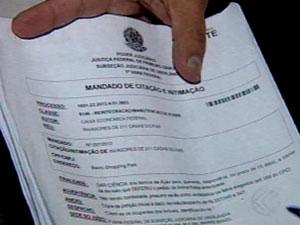 Oficiais de justiça notificaram os moradores (Foto: Reprodução/TV Integração)