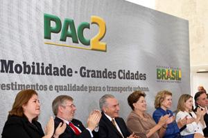 Dilma, com ministros e parlamentares durante o anúncio do programa (Foto: Roberto Stuckert / PR)