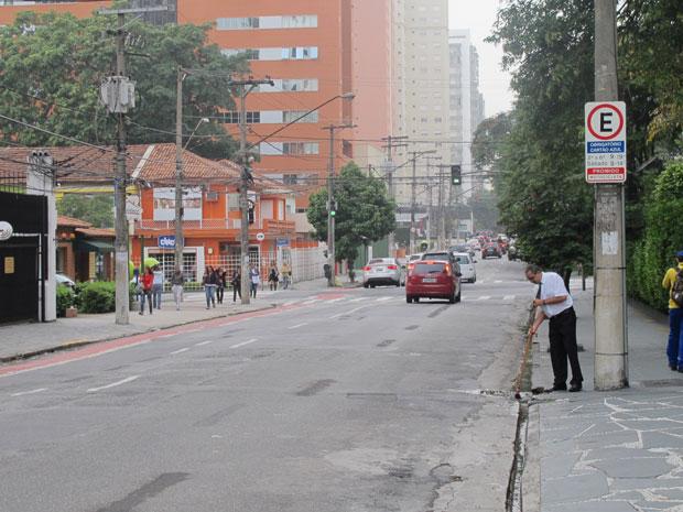 Vagas de Zona Azul foram transferidas do lado direito para o esquerdo na Avenida Rouxinol (Foto: Juliana Cardilli/G1)