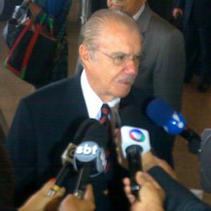 O presidente do Senado, José Sarney, ao deixar o Hospital Sírio-Libanês nesta terça (Foto: Carlos Oliveira / G1)