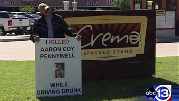 Michael Giacona usou cartaz com os dizeres: 'Eu matei Aaron Pennywell Coy enquanto dirigia bêbado'. (Foto: Reprodução/ABC)