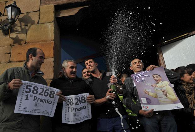 Moradores de Granen comemoram resultado da loteria El Gordo em 2011. (Foto: AP)