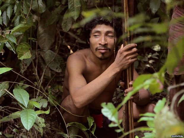 O grupo de defesa dos direitos indígenas Survival International afirma que os índios Awá, do Maranhão, formam a tribo mais ameaçada do mundo. Calcula-se que de 60 a 100 de seus cerca de 450 membros nunca tenham tido contato com o mundo exterior.  (Foto: Survival/BBC)