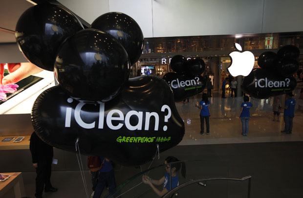 Manifestantes levaram balões para dentro de uma loja da Apple em Hong Kong para protestar contra a empresa (Foto: Tyrone Siu/Reuters)
